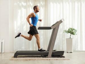 persona usando cinta de correr